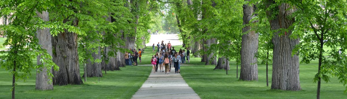 Students Walking_Oval_05.15