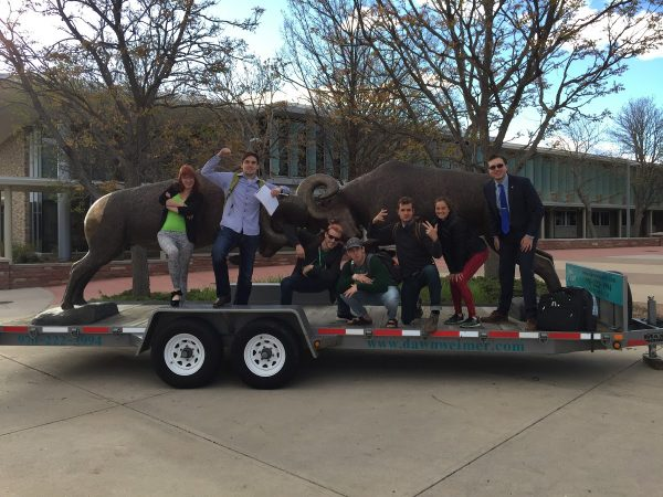 Dean's Leadership Council posing on their parade float on the LSC Plaza